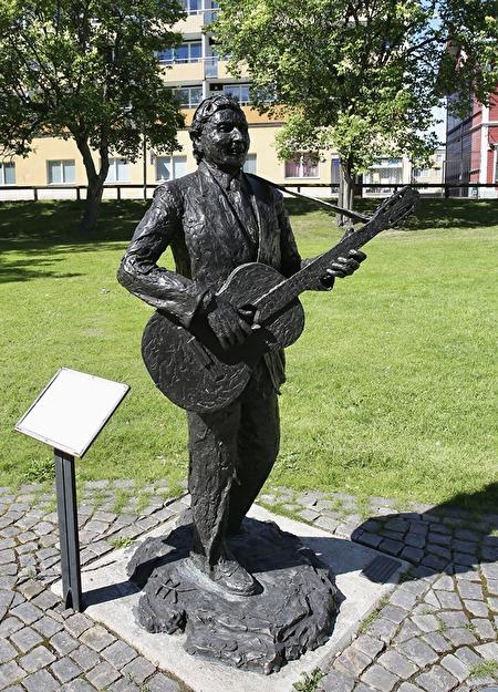 Trubaduren och historieberättaren Gunde Johansson. Skulpturen som står i Filipstad är skapad av  konstnären Henny Kortonoeven.