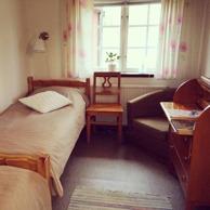 Zimmer 11, Anemåla. In diesem schönen Zimmer befinden sich 2 Einzelbetten, Schreibtisch und Sessel und ein Waschbecken. Hier sind Hunde ebenfalls willkommen!