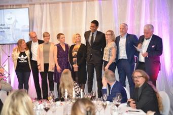 Här syns alla pristagarna på scen i spänd förväntan medan vår ordförande, Magnus Lagerkvist, läser upp resultatet