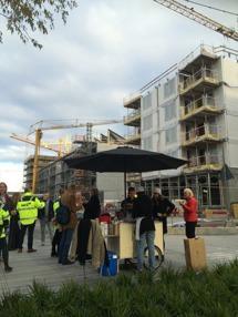 NCC bjuder sina bostadsköpare på korv och mingel.  Inflyttning september 2016. Taxgatan/Husarviksgatan