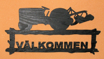 Halländskt hantverk Välkomstskylt Motiv grålle med plog Svart målad o lackad Ca 28x42 cm
