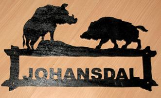 Halländskt hantverk Välkomstskylt efter kunds önskemål Motiv Vildsvin Svart målad o lackad Ca 28x42 cm