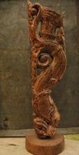 Skulptur av gammal teak.