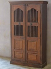 Gallerskåp med teakdörrar.
