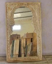 Vackert snidad spegel