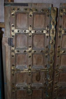 Antik dörr med mässingsdetaljer.
