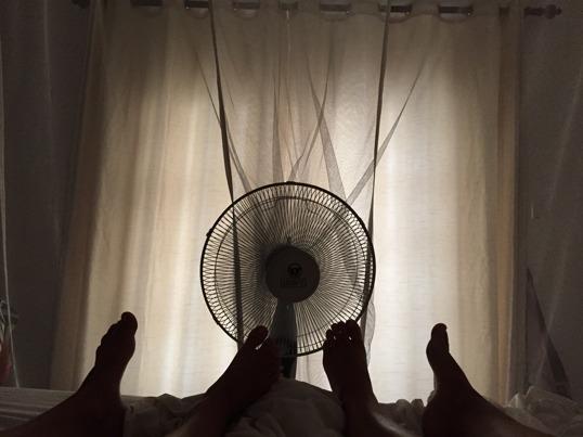 Men fördragna gardiner och en liten fläkt går det fint att vila inomhus även på Sri Lanka!
