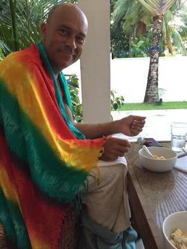 Redo för frukost insnärjd i sarong och två handdukar!