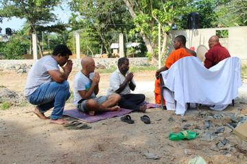 Nedanför de bedjande munkarna, Janaka, Ubbe och rörmokaren?!
