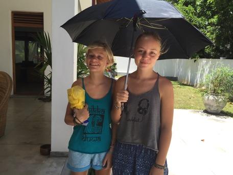 Inte så dumt med paraply för skuggan, precis som lankeserna gör;)