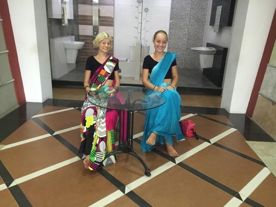 Söta svensk/lankesiska studenter i väntan på föräldrar som kollar in handfat och toaletter!!