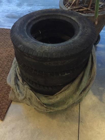 Gamla däck som kanske kan återanvändas till en pall på hotellet;)