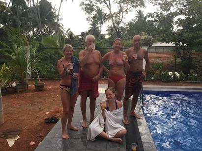 Familjeinvigning av poolen.