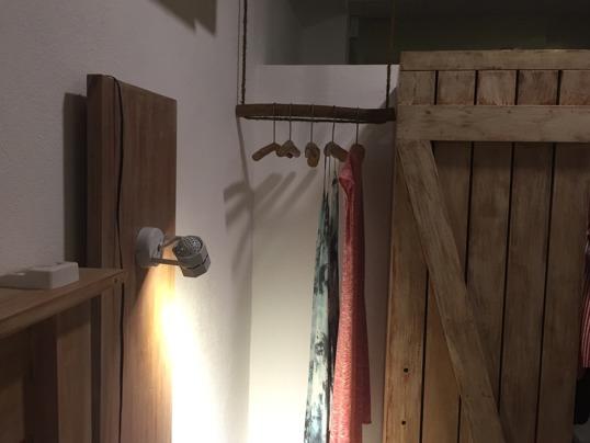 Möblerna, belysning samt klädhängare och galgar av kanelträd på plats!