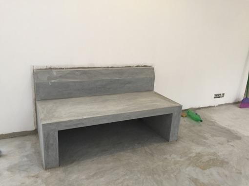 Färdig betongsoffa i frukostmatsalen. Inväntar dynor och kuddar...