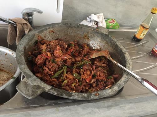 Typisk lankesisk kyckling! Innehåller chili, tomat, lök, vitlök, soya, olja och en mängd andra kryddor och smakar väldigt gott, men lite starkt!