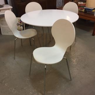 *SÅLD* Runt bord med 4 stolar