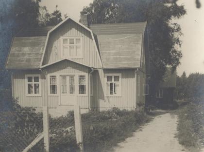 Karl Edvin och Hilmas bostadshus och i bakgrunden syns den första fabriksbyggnaden.
