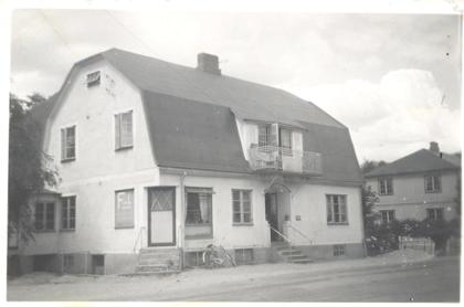 Det gula huset som var den andra fabriksbyggnaden. Vid sidan om syns dagens skofabrik som byggdes 1938.