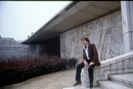 Bengt Olson framför ett av sina konstvärk i Paris.