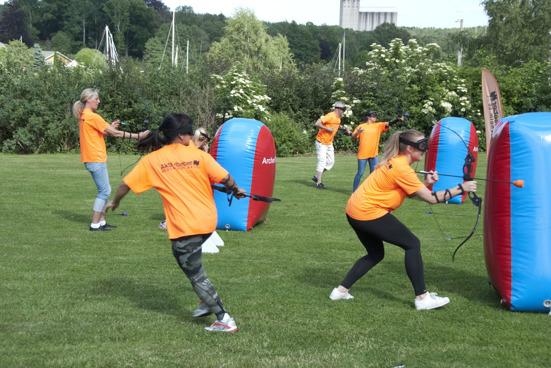 Ett företag spelar ArcheryTag på sin kickoff