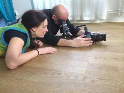 Filmproducent Annette Stavenow Eriksson på filmbolaget StoneGate productions regisserar med totalt fokus. Här en film för Barncancerfonden.