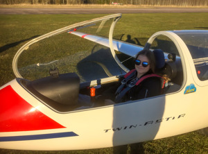 Sara i klubbens Twin Astir efter en lyckad EK-flygning.