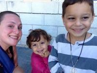 Natalie med otroligt söta barn. De bodde med sina föräldrar i tält  innan de kunde ta in på hotell.