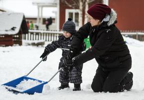 Arvid och Maria är första snöskottare på vår förskola.