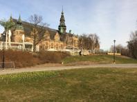 Bilden är tagen 2015 då minnesstenen stod vid Nordiska museet. I bakgrunden ses utbyggnaden av restaurang Josefina. Foto Mats Wallenius