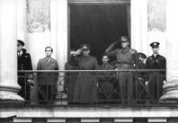 Greve Folke Bernadotte (till vänster) tillsammans med kronprins Olav den 17 maj 1945 i Oslo. Bild NTB/Scanpix.