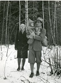 Norsk familj på flykt genom skogarna över gränsen till Sverige. Foto: Riksarkivet.