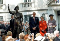 Bild från avtäckningen av statyn utanför norska recidenset i Washington D.C 2011, vilket skedde i närvaro av kronprinsessan Märthas tre barn: Kung Harald, prinsessan Ragnhild och prinsessan Astrid. Foto John Hultgren/NTB/scanpix