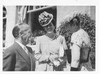 Kronprinsessan Märtha i samtal med greve Folke Bernadotte och hans fru Estelle i mitten. Bilden är tagen vid prins Eugens 80-års dag 1 augusti 1945. Märtha och Folke Bernadotte var kusiner. Foto Henriksen & Steen/Cappelens bildarkiv.