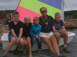 Optimistskolan klass 1 2011; Gabriel, Milly, Olle, Anders & Tim samlas. Max & Emily har inte anslutit kursen ännu!