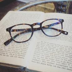 Färdiga glasögon som väntar på sin nya ägare! Bågen från Hackett bespoke