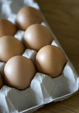Sprättägg Laholm - bruna ägg från frigående hösn i vår gårdsbutik i Våxtorp nära Vallåsen i södra Halland