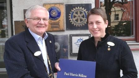 President Göran Sjögren överlämnar utmärkelsen Paul Harris Fellow till Anne Nilsson.