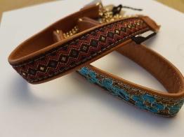 Skinnhalsband ljusbrun med dekorband - 23 cm