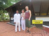 Här är vi i Indien med Prabo - vår yogalärare på ayurveda kliniken Raya healthy acres i Kerala, där vi både yogade och genomgick en panchakarma-kur och fick nya vänner.
