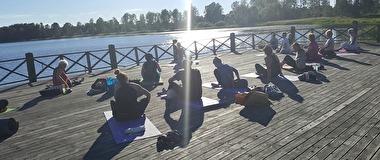 På somrarna har vi yoga då och då på den härligt stora bryggan, fem minuters gångväg från oss.... UNDERBART!!