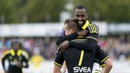AIKs Henok Goitom gratulerar AIKs Fredrik Brustad till 0-1 under matchen i Allsvenskan mellan Falkenberg och AIK på Falkenbergs IP i Falkenberg den 12 september