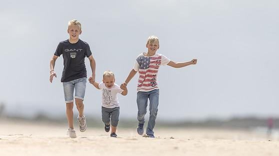 Familjefotografering, - en dag på stranden förvandlas till ett utmärkt tillfälle för att ta bilderna som man har glädje av för lång tid framöver.