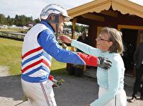 V75-3 Ove A Lindqvist kramas om av Ulrika Rehn efter segern med Lollipop Girl - Foto: Micke Gustafsson/Foto-Mike