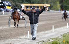 V75-4 Bror Grönlund jublar efter segern med Blås Undan - Foto: Micke Gustafsson/Foto-Mike