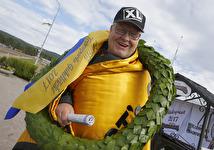 V75-4 Bror Grönlund med Gultäcket efter segern med Blås Undan - Foto: Micke Gustafsson/Foto-Mike