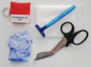 Första hjälpen-sats till hjärtstartare innehåller: HLR-mask, skyddshandskar, torklappar, rakhyvel ochklädsax.