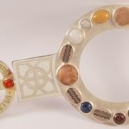 Utsmyckning till sakramentsskåp i som finns i Vadstena klosterkyrka. Tillverkat i silver med sten, glas trä och horn infattade. Detta arbete är gjort med den av Martin Lönnebo skapde frälsarkransen so