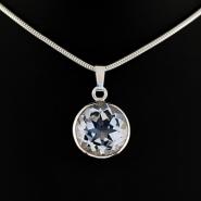Hängsmycke i silver med bergkristall.