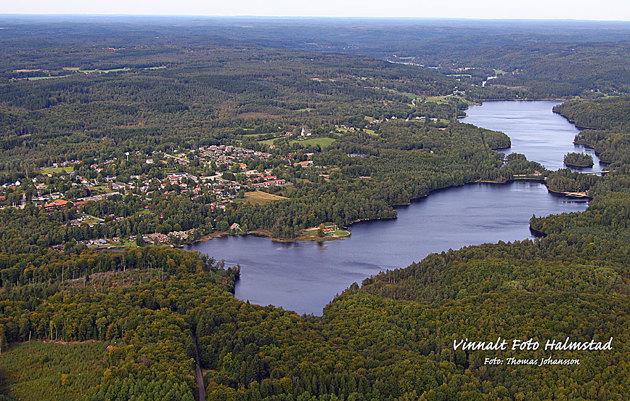 Simlångsdalen med sjöarna Breareds sjön och Simlången i förgrunden.